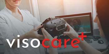 Produktvorschau visocare: Ärztin überreicht ihrer Patientin eine Virtual-Reality-Brille